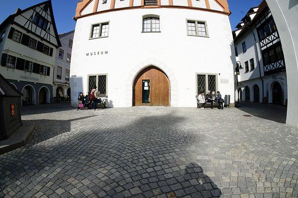 Bad Waldsee の Museum の前で「アイスの食べ方」を復習(風景写真として)