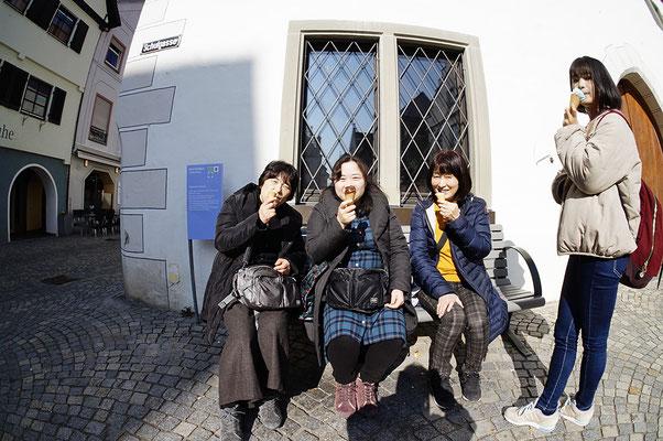 Museum の前での「アイスの食べ方」再履修(人物写真として)