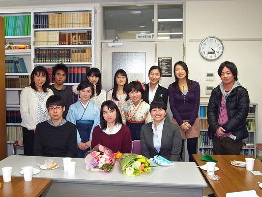 2012年3月。卒業式の日(前列中央は中村靖子6代目教授)