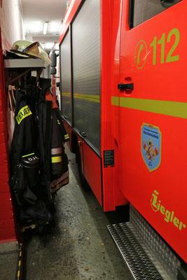 Kleidung hängt unmittelbar neben den Fahrzeugen und wird durch Abgase zusätzlich kontaminiert.