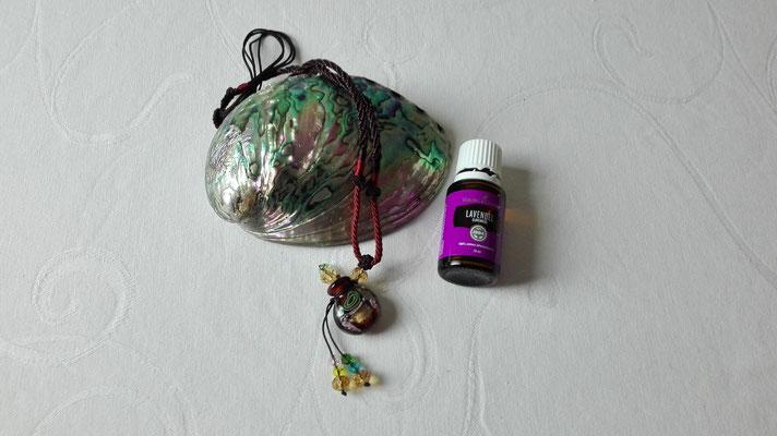 Aromaschmuck, Kette mit Glasanhänger und Lavendelöl