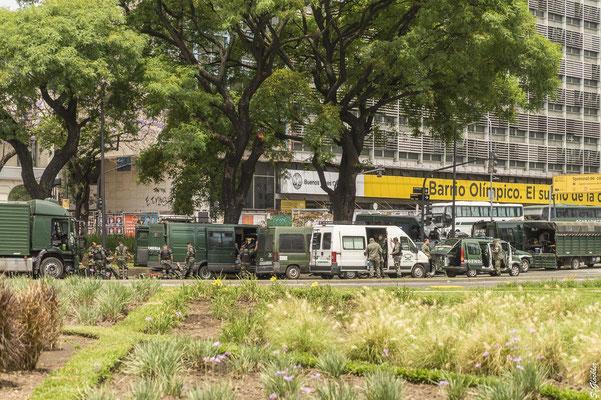 Militär und Polizei an jeder Straßenecke