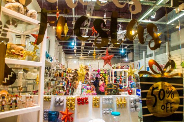 Buenos Aires in der Vorweihnachtszeit: Quietschbunte Schaufenster, 2 für 1-Angebote, 50 % Rabatt...