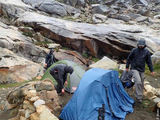 Zelte, Kleider, Schlafsack - alles nass.