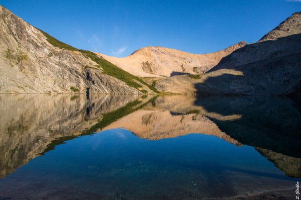Im Hintergrund von der Sonne angestrahlt der Cerro Bailey Willis, unser nächster Gipfel. Dafür müssen wir zunächst die Lagune umrunden.