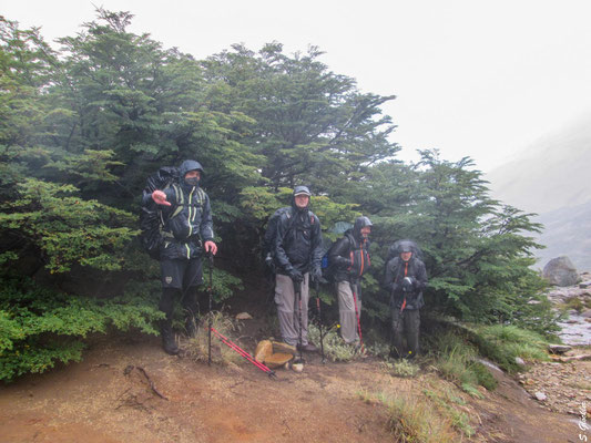 Wir machen uns auf den Weg zur Laguna Azul und werden vom Regen überrascht. Binnen Minuten sind wir klitschnass und kehren um.