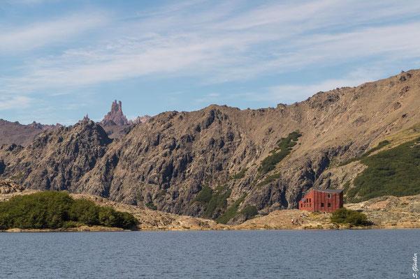 Refugio Laguna Negra und Gipdel des Cerro Catedral im Hintergrund
