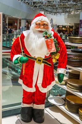 Sogar 1,80 m große Weihnachtsmänner gibts zum unglaublichen Schnäppchenpreis: 180 Euro!