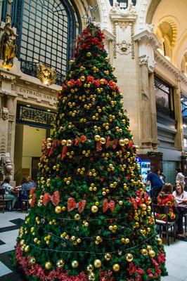 Weihnachtsbaum in der Galería Güemes in Buenos Aires