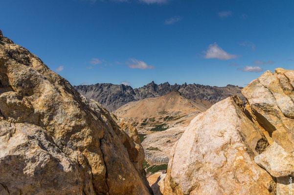 Kurz vor dem Gipfel: Noch ein letzter Blick auf die Cuernos-Kette