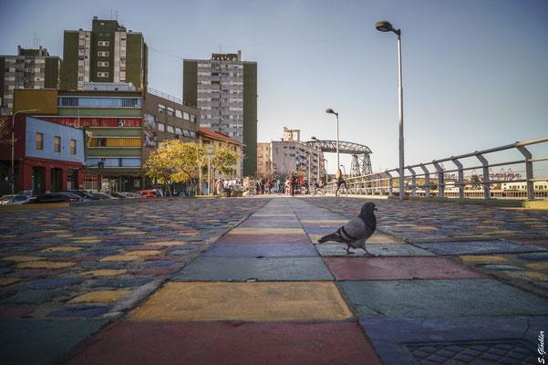 Rund um den Caminito in La Boca dominiert eine Farbe das Stadtbild: kunterbunt