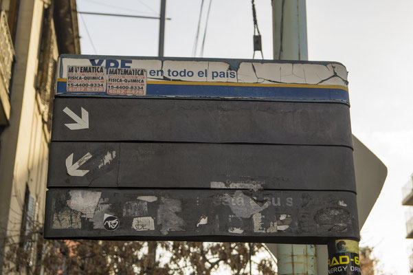 Manchmal sind die Schilder nicht lesbar, dann brauchst du einen Detektiv-Sinn, um zu wissen, welche Linie hier hält (oder du fragst einen Passanten)