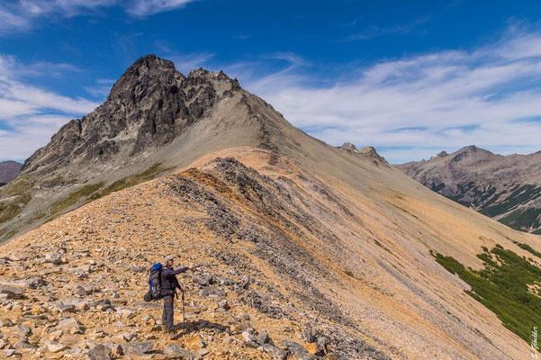 Am Sattel des Bailey Willis: Hier kann man zum Gipfel des Cerro Negro (links), zum Refugio López oder zur Laguna CAB wandern.