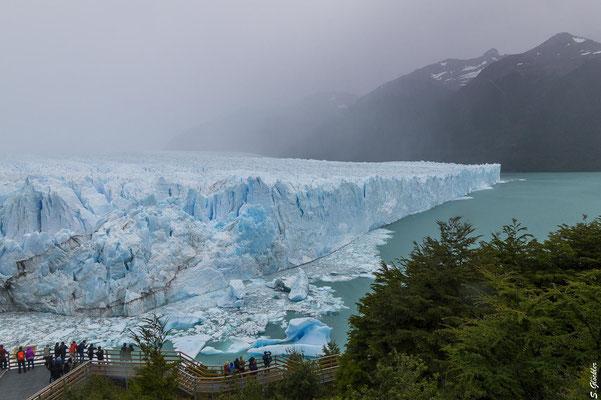 Spazierwege und Aussichtspunkte führen ganz nah an den Perito Moreno Gletscher heran