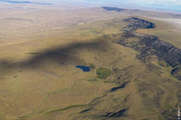 Typisch patagonische Landschaft: Steppe, Hochebene, Lagunen