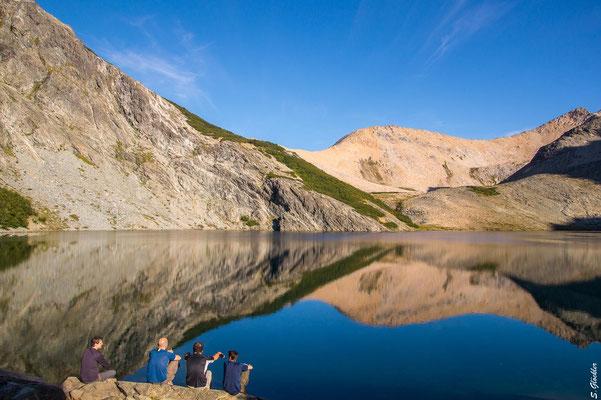 Morgenstimmung an der Laguna Negra, die Berge spiegeln sich im Wasser.