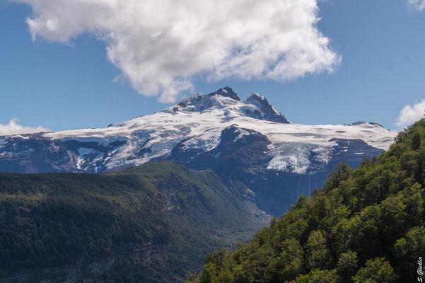 """Cerro Tronador, der """"Donnerberg"""" & Wächter des Nahuel Huapi Nationalparks markiert die Grenze zwischen Argentinien und Chile."""