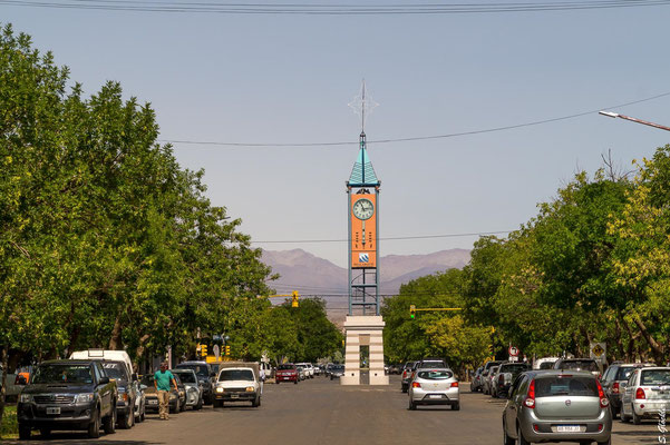 """Malargüe zur """"Rush Hour"""". Der Uhrturm """"Reloj del Cincuentenario"""" ist eines der Wahrzeichen der Stadt."""