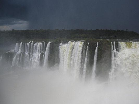 Iguazú-Wasserfälle: Im Teufelsschlund stürzen die Wassermassen 70 m in die Tiefe
