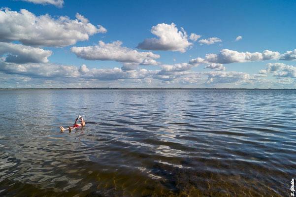 Die Lagune von Epecuén hat einen sehr hohen Salzgehalt, sodass man problemos ein Buch auf dem Wasser lesen kann.
