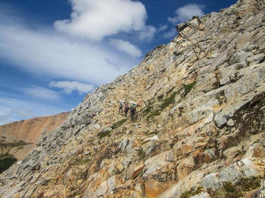 Aufstieg zum Cerro CAB, das Gelände ist felsig, steil und exponiert.