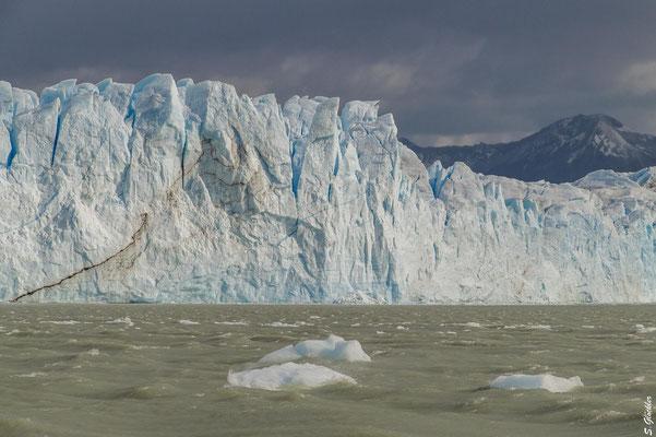 Die Front des Perito Moreno Gletschers ist teilweise 70 m hoch