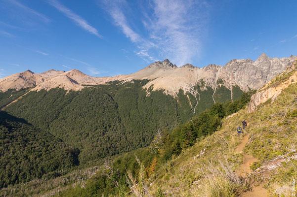 In der Bildmitte der Cerro Negro, links davon der Sattel, wo unser Abstieg begann: Zunächst über Geröll, dann leicht links ins Tal und wieder hinauf.