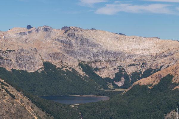 Hergezoomt: Laguna CAB - der Aufstieg erfolgt entlang des Abflusses der Lagune, hinten rechts zwischen den Bäumen ist der Zeltplatz, dahinter das Mallín. Am nächsten Tag gehts auf den Cerro CAB im Hintergrund.