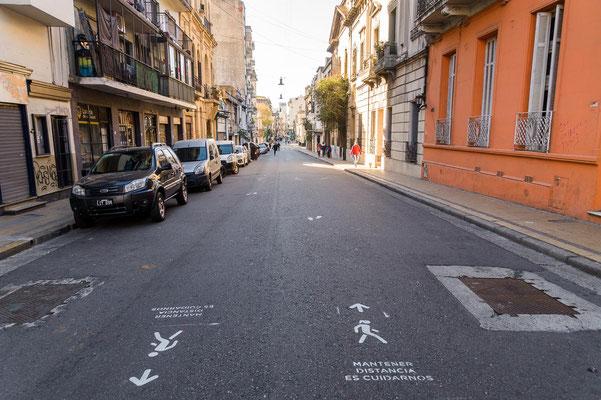 Hinweis auf der Straße, Abstand zu halten