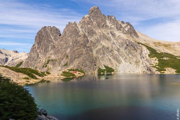 Laguna Negra am Fuße des Cerro Negro und das Refugio Italia