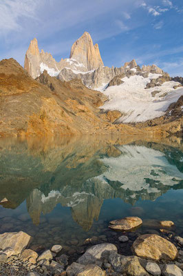 Fitz Roy spiegelt sich eindrucksvoll in der Laguna de los Tres