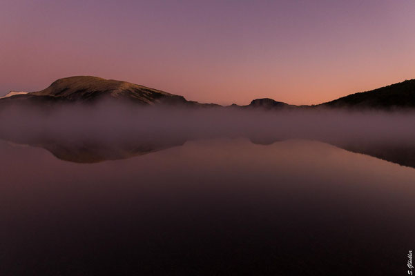 Morgendliche Nebelschwaden über der Laguna Ilón