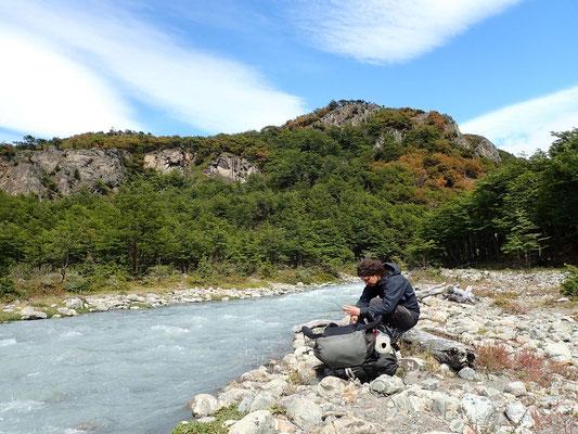 Flussquerungen gehören abseits der ausgetrampelten Pfade zum Standard in Patagonien.