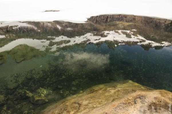 Im klaren Wasser der Laguna Schmoll spiegeln sich die Berge