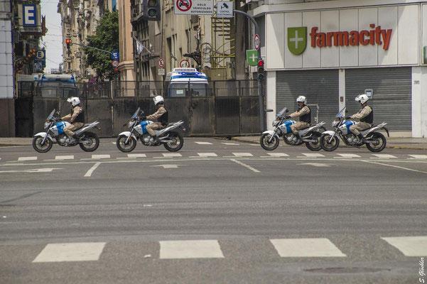 Polizei und Militär an jeder Straßenecke
