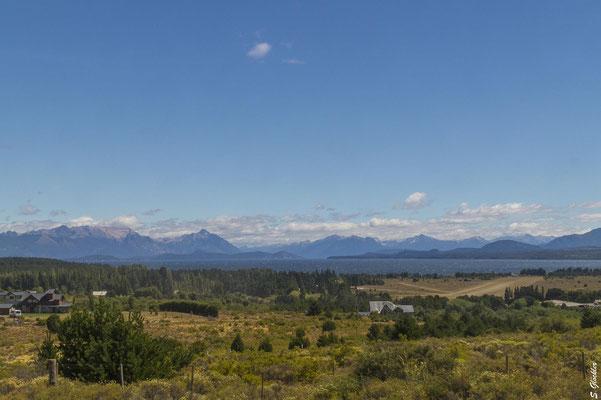 das blaue Wasser des Nahuel Huapi ist in Sicht