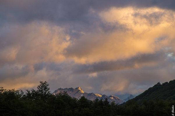 Abendstimmung im Mallín de las Vueltas. Blick auf die Dinko-Kette und den Cerro Capilla, beide im strikten Naturschutzgebiet des Nahuel Huapi Nationalparks.