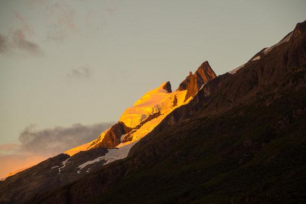 die Berge und Gletscher werden golden angestrahlt