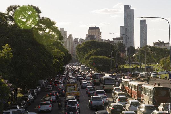 Busse, Autos, Mofas - die Straßen in Buenos Aires sind vollgestopft