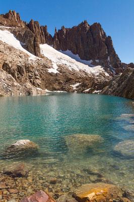 Vorbei an einer kleinen Lagune mit glasklarem Wasser