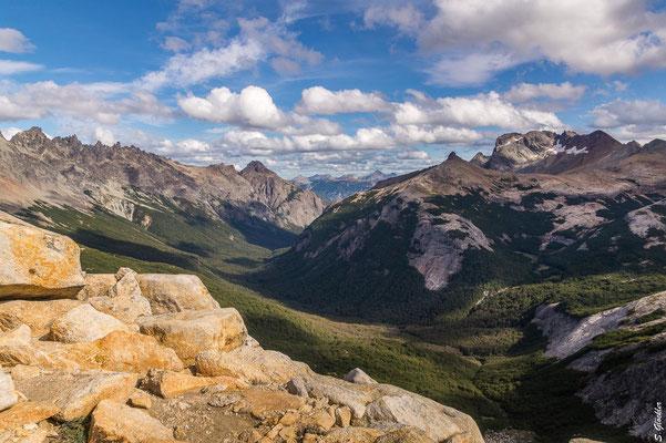Ausblick vom Cerro CAB auf die Bergwelt des Nahuel Huapi Nationalparks: links die Cuernos del Diablo, rechts Cerro Cumpleaños & Cerro Bonete, am rechten Bildrand das Mallín del Mate Dulce