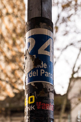 Oftmals sind die haltenden Buslinien auch unscheinbar an einem Straßenpfosten, -laterne o.Ä. angebracht