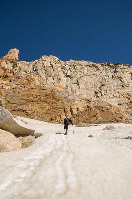 Durchs Schneefeld kommen wir schnell voran, doch bald stehen wir vor dem Gletscher und kommen nicht mehr weiter.