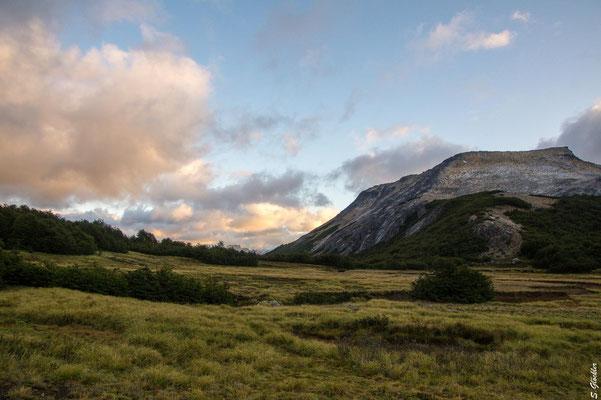 Mallín de las Vueltas, rechts im Bild der Cerro CAB, von dem wir gekommen sind.