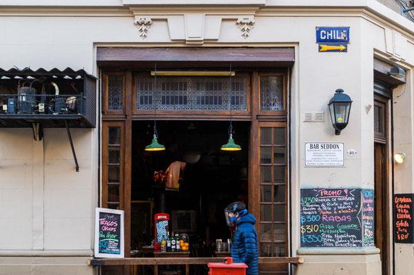 Fenster-Verkauf: Bars und kleine Geschäfte kämpfen ums Überleben