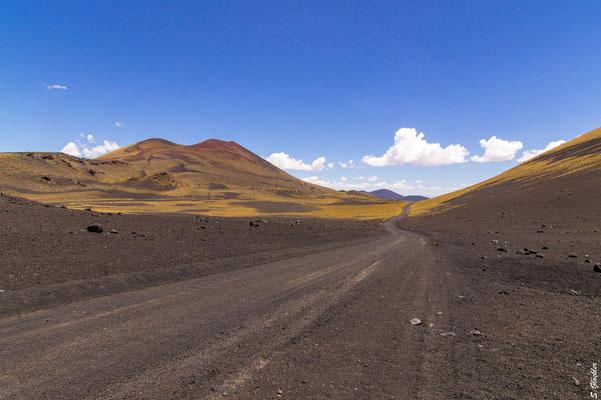 Unterwegs auf schwarzem Vulkangestein
