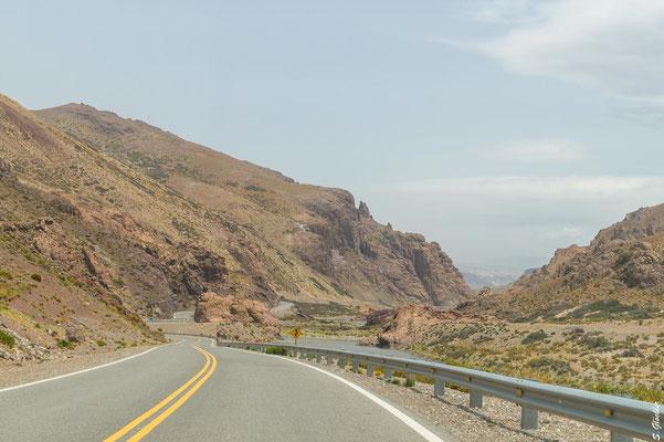 Die Ruta 145 schlängelt sich durch faszinierende Felslandschaften, Schluchten und Täler in Richtung Grenzpass...