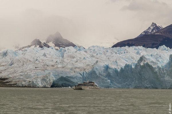 Beeindruckend ist die Fahrt mit dem Boot zur Abbruchkante des Perito Moreno Gletschers