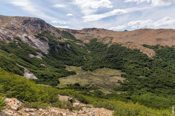 Aufstieg zum Cerro CAB: Mallín und Campingplatz werden immer kleiner.