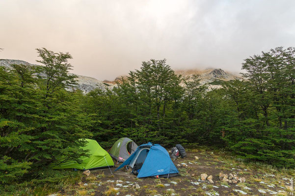 Zeltplatz Mallín del Mate Dulce. Am Morgen ist der Cerro Cristal in dichte Wolken gehüllt.